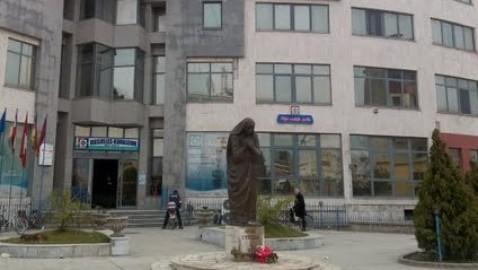 Në 108 vjetorin e lindjes së Nanës së Madhe(Tereza), sjellim në memorie ndalimin e vendosjes së përmendores saj në hyrje të qytetit nga shkodranët, jo vetëm gjatë diktaturës komuniste por edhe në demokraci